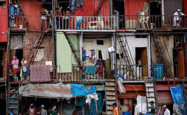Mumbaj je tudi po minimalnih standardih obupno mesto za bivanje in vendar jim je uspelo s prilagodljivostjo, iznajdljivostjo in improvizacijo vzpostaviti nekakšen modus vivendi. Foto Reuters