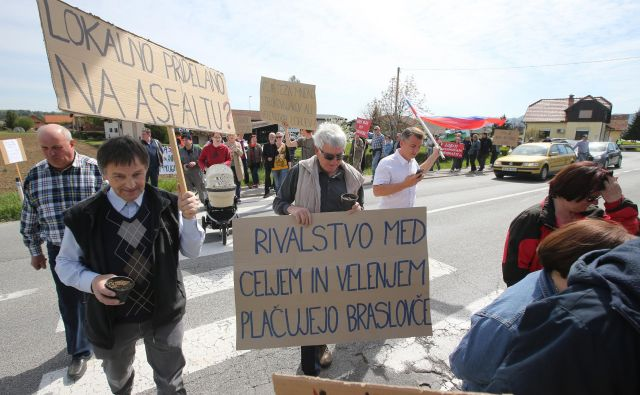 Protest krajanov pri Braslovčah, kjer je predvidena trasa nove hitre ceste, 22. aprila 2015. FOTO: Igor Zaplatil/Delo