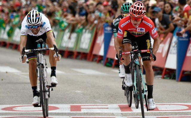 Primož Roglič (desno), Alejandro Valverde (levo) in drugi kolesarski asi so se znašli na močnem prepihu. FOTO: AFP