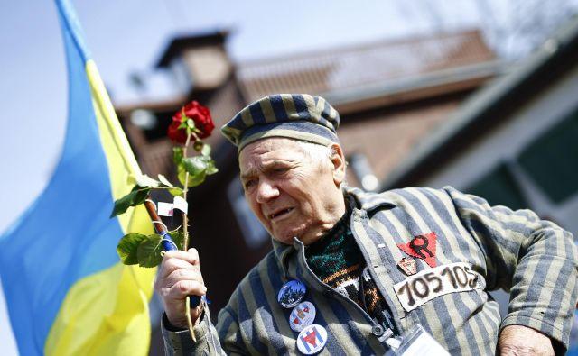 Eden od preživelih Petro Mischtschuk iz Ukrajine ob 70. obletnici ovsvoboditve aprila leta 2015. FOTO: Kai Pfaffenbach/Reuters