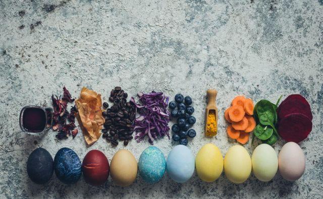 Letošnji velikonočni prazniki bodo potekali v ožjih družinskih krogih, zato bo na mizah manjša količina dobrot in tudi pirhov. FOTO: Shutterstock
