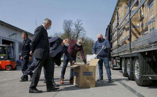 Že dopoldan je pristalo prvo letalo z zaščitno opremo, ki jo je za državo priskrbelo podjetje Joca Pečečnika. FOTO: Blaž Samec