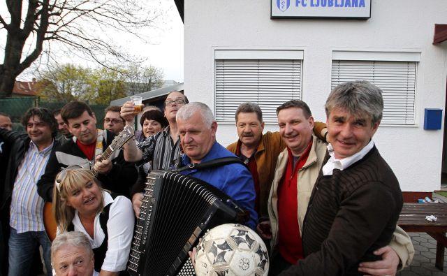 Med preprostimi ljudmi in navijači se je Marko Elsner (desno) vedno odlično počutil. FOTO: Matej Družnik/Delo