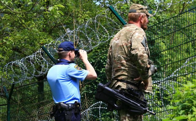 Ne glede na (ne)podelitev policijskih pooblastil pripadnikom Slovenske vojske ti že podpirajo policijo pri preprečevanju nezakonitih migracij, in sicer dnevno z zmogljivostjo v velikosti dveh pehotnih čet, kar je do 180 pripadnikov Slovenske vojske v dveh izmenah. FOTO: Tomi Lombar