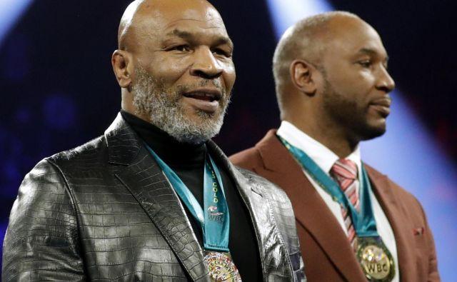Mike Tyson (levo) je skupaj z nekdanjim tekmecem Lennoxom Lewisom pred slabima dvema mesecema v Las Vegasu prejel posebno priznanje združenja WBC. FOTO: Reuters