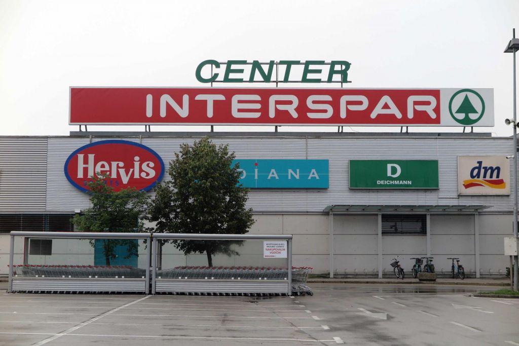 FOTO:Direktor Spara Slovenija: Pred trgovinami nemiri, ljudje se prepirajo z varnostniki