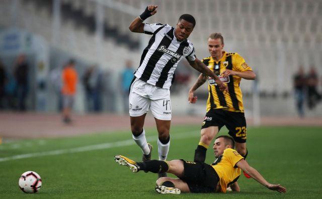 Grški navijači so znani po svoji lojalnosti, tudi Aekovi, čigar nogometaši igrajo v črno-rumenih dresih. FOTO: Reuters