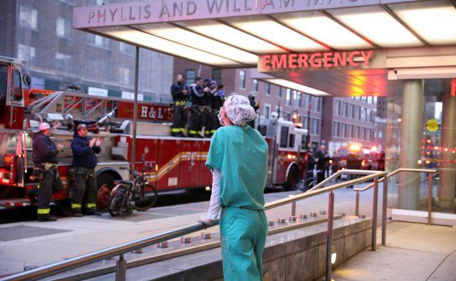 Gasilci se z aplavzom zahvaljujejo naporom zdravstvenega osebja na pavilijonu Phyllis And William Mack na Manhattanu v New Yorku, kjer so razmere na področju koronavirusa zadnje dni zelo, zelo težke. Foto Reuters