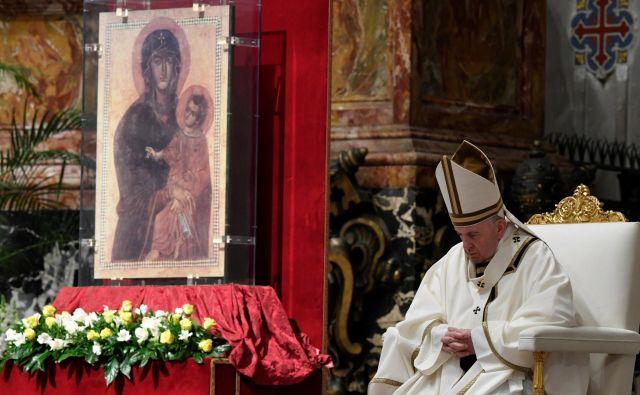 Papež Frančišek je daroval velikonočno vigilijo brez navzorčnosti množice vernikov. FOTO:Vatican Media/Reuters