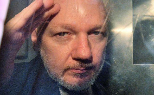 Julian Assange leta 2019, na poti v zapor. FOTO: AFP