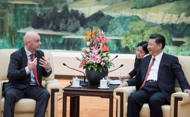 Predsednik Fife Gianni Infantino in kitajski predsednik Xi Jinping med pogovorom.FOTO: Reuters