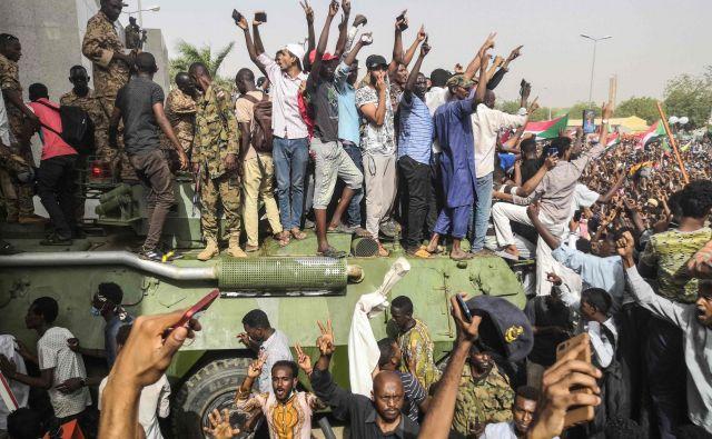 Slavje protestnikov v Kartumu po zrušitvi Omarja al Baširja. FOTO: AFP