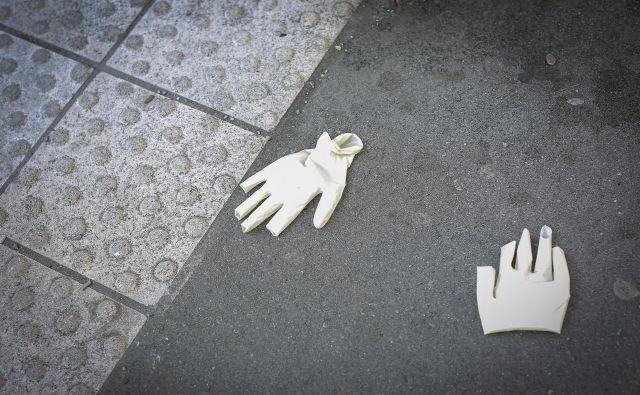 Vsiljuje se vprašanje, ali morda odprava rokavic le ni nekoliko preuranjena in preveč vseobsežna. Foto Jože Suhadolnik