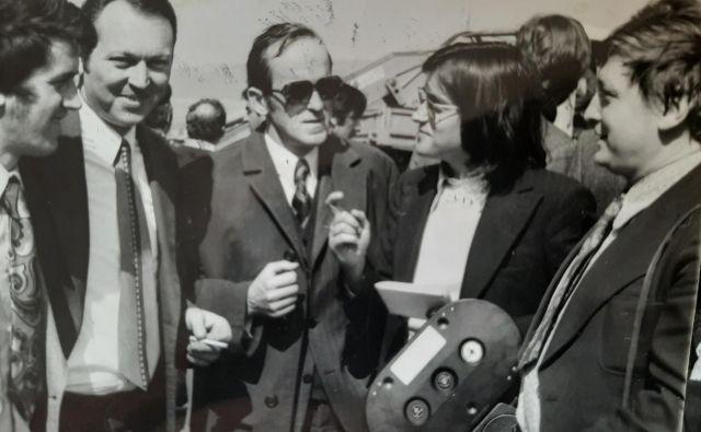 Od leve: tonski tehnik Vlado Kodarin, novinar Dela Jože Klanjšček, novinar Radia Koper kasneje Primorskih novic Dušan Kralj, Zvone Petek in snemalec Matej Brus na gradbišču križišča Bivje pri Ankaranu leta 1974. Foto Arhiv Vlado Kodarin
