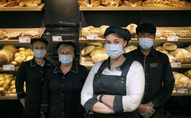 V krizi so odnosi med sodelavci in odnosi s kupci postali pristnejši, ugotavlja prodajalka kruha Ana Avramovič.<br /> Foto Blaž Samec
