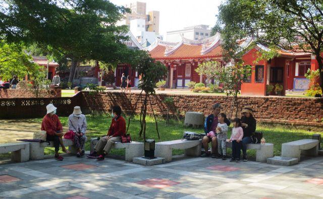 Posedanje pred Konfucijevim templjem v Tainanu. FOTO: Gaša Egić