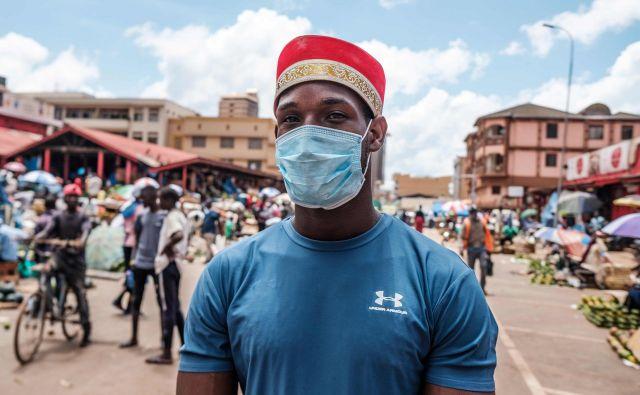 Prodajalci na tržnici Nakasero v Kampali ohranjajo varnostno razdaljo. FOTO: AFP