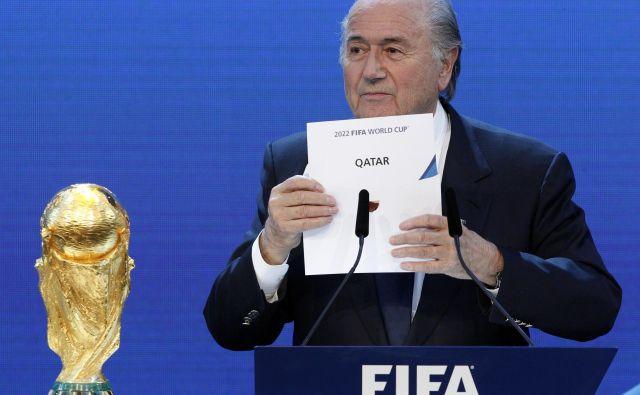 Zaradi korupcije odstavljeni predsednik Fifa Sepp Blatter je kislega obraza razkril gostitelja SP leta 2022. FOTO: Reuters