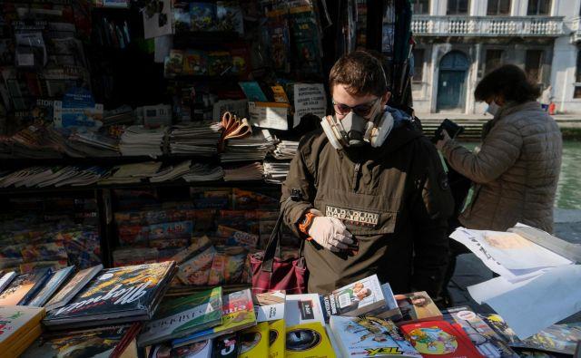 V Italiji so se ta teden odprle nekatere trgovine z nenujnim blagom, tudi knjigarne in trafike. Foto: REUTERS/Manuel Silvestri