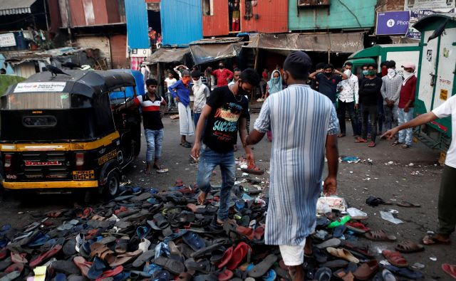 Za delovnimi migranti, ki so protestirali pri železniški postaji v Mumbaju, je, ko jih je razgnala policija, ostala le obutev. Zahtevali so možnost vrnitve domov. FOTO: Francis Mascarenhas/Reuters