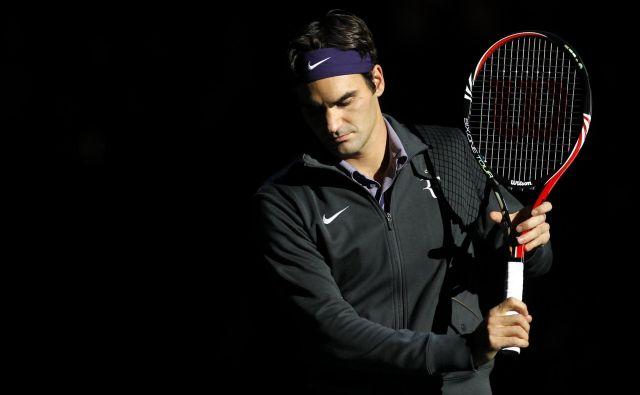 Roger Federer si čas krajša z odbijanjem žogice ob steno, tudi ob vrnitvi na igrišča bo tenis drugačen, kot ga je vajen. FOTO: Reuters