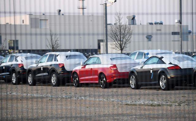 Parkirišče dokončanih avtomobilov pred Audijevo tovarno v Györu na Madžarskem, ki so jo včeraj znova zagnali. Tam sicer izdelujejo model A3, predvsem pa veliko količino motornih agregatov za različne modele. Foto AFP