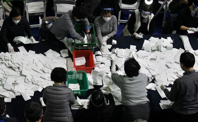 Na tokratnih volitvah je bilo vse drugače kot običajno, pa vendar tako kot vedno. FOTO: AFP