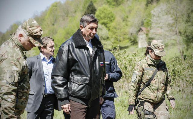 Andrej Kavšek, župan Črnomlja, in Borut Pahor, predsednik Republike Slovenije, sta se sprehodila ob Kolpi. FOTO: Uroš Hočevar/Delo