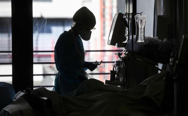 V pandemiji novega koronavirusa so pomanjkljivosti zdravstvenih sistemov očitne. Foto AFP