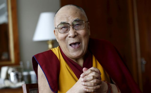 »Kot budist verjamem v načelo minljivosti... Tudi ta virus bo minil, tako kot so minile vojne in številne strahotne grožnje, ki sem jim bil priča v svojem življenju,« pravi 84-letni Tenzin Gjaco. FOTO: Denis Balibouse/Reuters