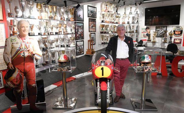 Giacomo Agostini v njegovem muzeju v Bergamu, v katerem so razstavljeni motorji MV agusta in yamaha, čelade, kombinezoni in več kot 350 trofej. FOTO: Arhiv muzeja