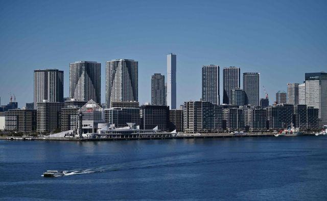 Del olimpijske vasi za športnike v Tokiu (v osredju), ki bo zaradi preložitve OI samevala do julija 2021. FOTO: AFP