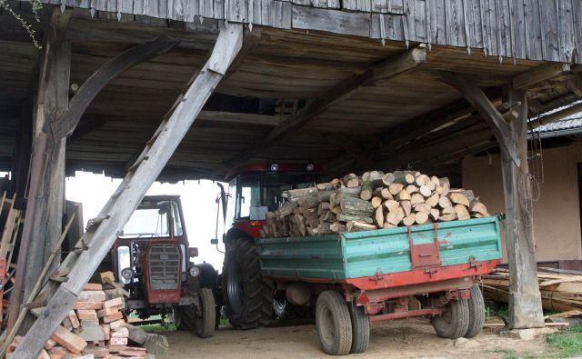 Nesrečni 86-letnik je umrl pod naloženo traktorsko prikolico. Fotografija je simbolična. FOTO: Marko Feist/Delo