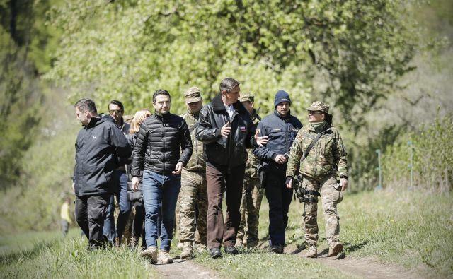 Fotografija, kot bi bila iz drugih časov: obrambni minister Matej Tonin s predsednikom države invrhovnim poveljnikom obrambnih silBorutom Pahorjem med včerajšnjim ogledom meje v Bregu pri Sinjem Vrhu. FOTO: Uroš Hočevar/Delo