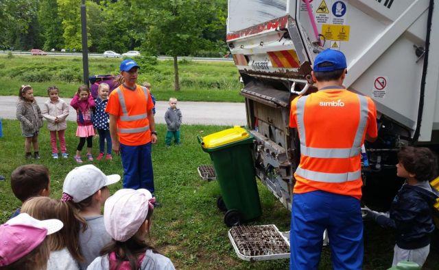 Darko Knez (levo) s sodelavci vsako leto svoj poklic predstavi otrokom na mestni plaži. FOTO: arhiv Simbio