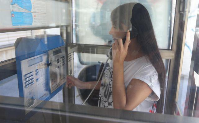 Delovni terapevti starejše po telefonu med drugim vodijo skozi gibalne aktivnosti in svetujejo, kako ohranjati spretnosti pri vsakodnevnih dejavnostih. FOTO: Tomi Lombar