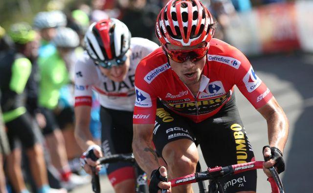 Primož Roglič (spredaj) in Tadej Pogačar se bosta morala tako kot drugi kolesarji v karavani svetovne serije prilagoditi francoskim odločitvam. FOTO: AFP