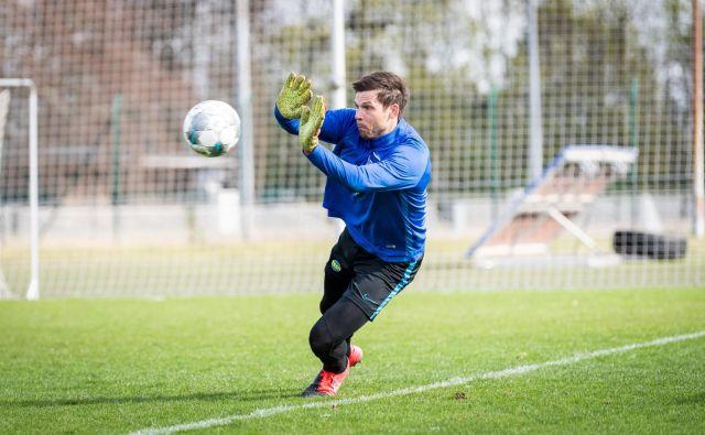 Prvi so se vrnili na treninge nemški klubi. Takole se denimo ogreva Herthin vratar Rune Jarstein. FOTO: Reuters