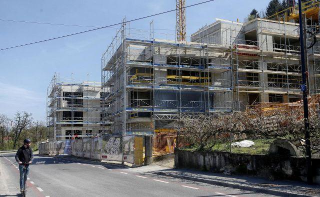 Kljub temu da gradnja v bodoči stanovanjski soseski Devana park I ob Hradeckega cesti še poteka, je več kot 80 odstotkov stanovanj že prodanih. Foto Blaž Samec