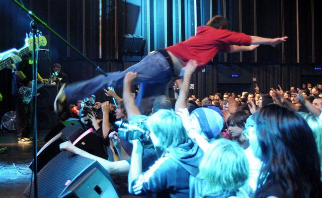 Skok z odra na koncertu skupine Pennywise v Kinu Šiška. FOTO: Jure Matoz