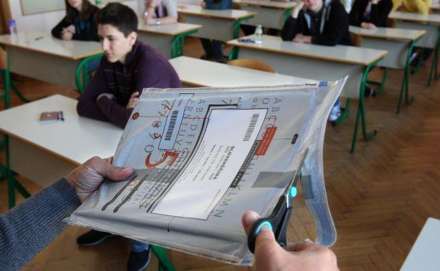 Ker so maturitetne pole že natisnjene in zalepljene, jih menda ni možno več spreminjati zaradi tajnosti. FOTO: Igor Zaplatil