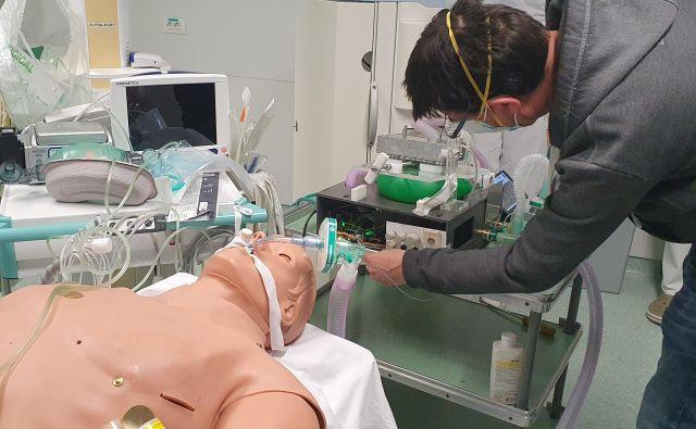 Najprej so vse tri prototipe respiratorjev preizkusili v simulacijskem centru ljubljanskega UKC. Foto UKCL