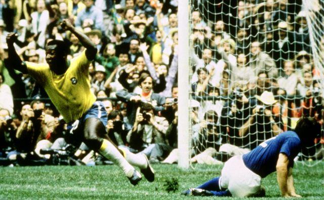 Legendarni brazilski nogometaš Pele (levo) je kar trikrat proslavil naslov svetovnega prvaka. FOTO: Reuters