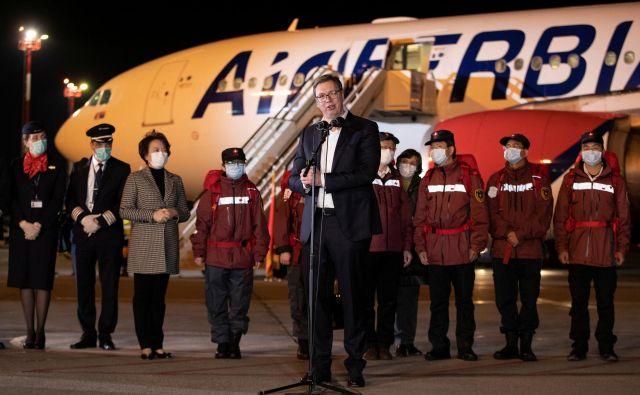 Srbski predsednik Aleksandar Vučić med sprejemom kitajskih strokovnjakov za boj proti virusu marca na beograjskem letališču. Foto: Reuters
