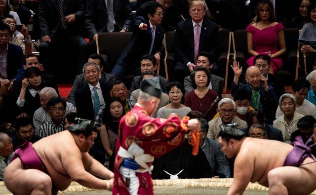 Donald Trump si je med lanskim obiskom na Japonskem v družbi premierja Šinza Abeja ogledal turnir v sumu. Foto AFP