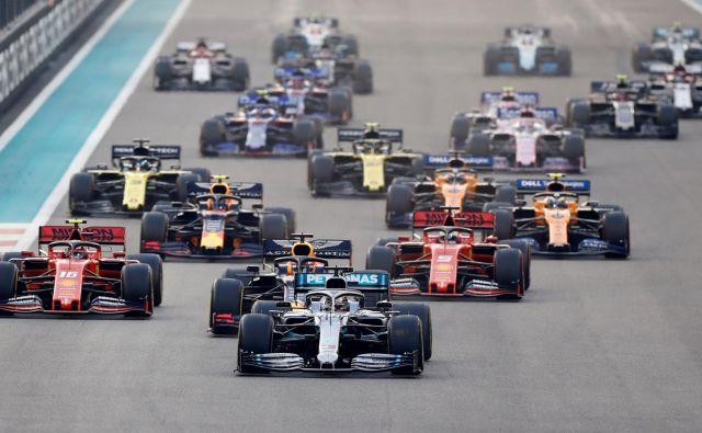 Karavana formule 1 (v ospredju svetovni prvak Lewis Hamilton) bo novo sezono odprla v Avstriji. FOTO. Reuters