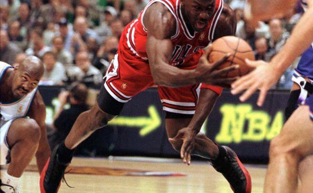 Michael Jordan je spet v središču pozornosti, vsi športni navdušenci lahko spremljajo pot do zadnjega naslova čikaških bikov in izjemnega košarkarja tudi iz zakulisja.<br /> FOTO: Reuters