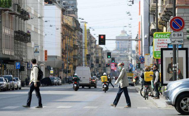 Na ulicah Milana je opaziti vse več ljudi, toda župan mesta se boji, da bo rahljanje ukrepov prišlo prezgodaj. Foto: Reuters