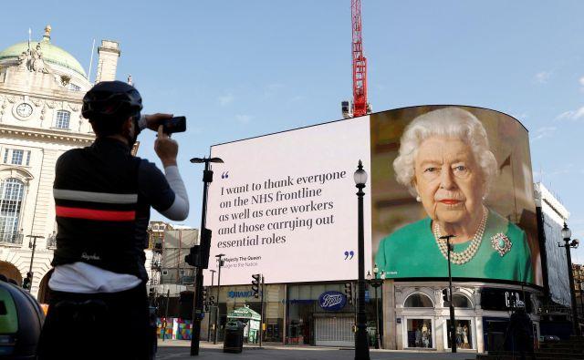 Kraljica Elizabeta II. je zaradi epidemije koronavirusa 5. aprila nagovorila prebivalce Velike Britanije in držav Commonwealtha. Njen govor so predvajali tudi na znamenitem Piccadilly Circusu v Londonu. FOTO: Reuters
