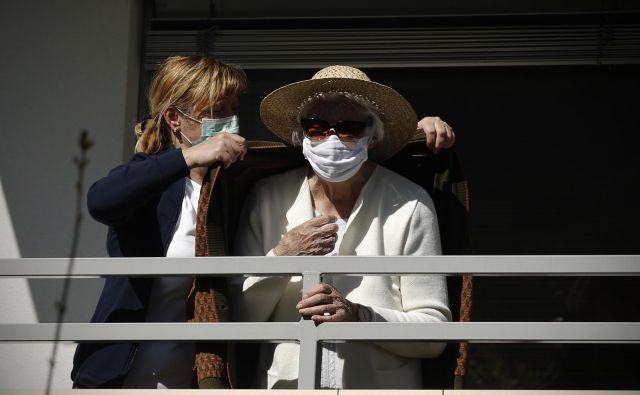 Stanovalci domov zahtevajo, da jih zdravijo na infekcijskih oddelkih bolnišnic. Foto Jure Eržen